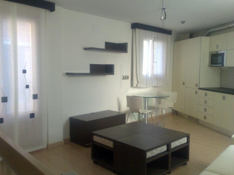 Foto espacio unico de cocina y comedor de mobles bustos for Comedor ahorrador de espacio