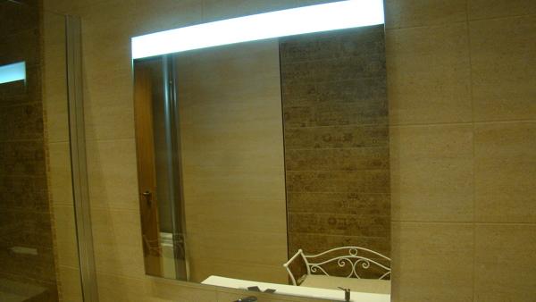 Foto espejo con luz led integrada de dekotiles 1708458 for Espejos con luz integrada