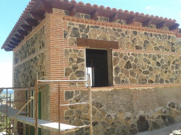 Foto fachada mixta piedra ladrillo visto de wts europa for Piedra rustica para fachadas