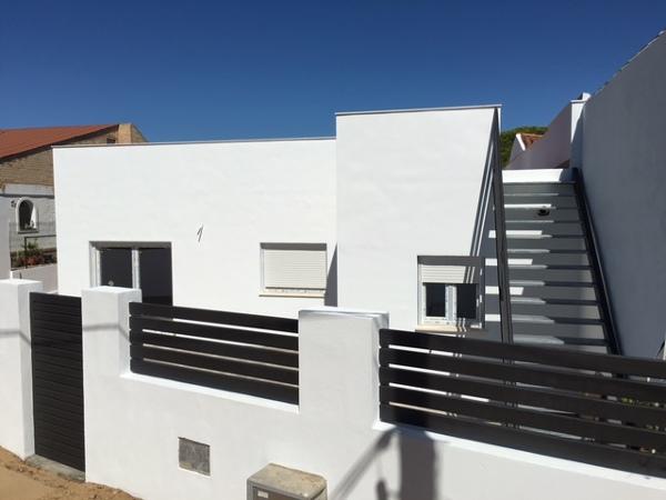 Foto fachada trasera escalera acceso a cubierta for Cubierta piscina transitable