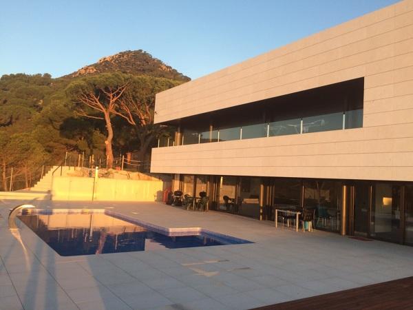 Foto fachada ventilada con piedra caliza blanca apomazada de aplacados fecomar 1109065 - Piedra caliza fachada ...