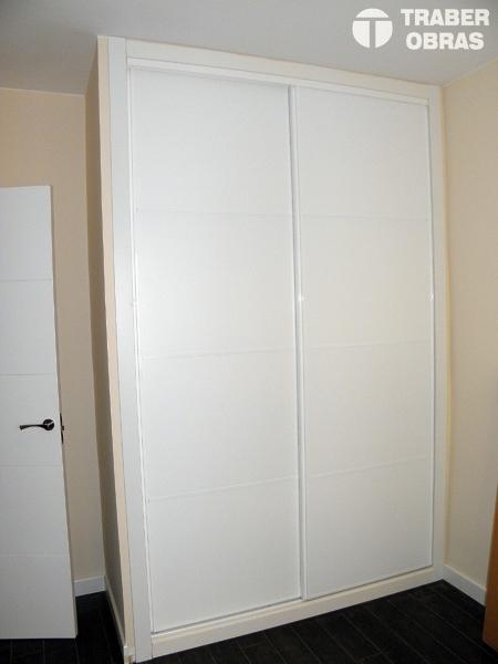 Foto frente armario empotrado puertas correderas por traber obras de traber obras sl 272511 - Puertas correderas armario empotrado ...