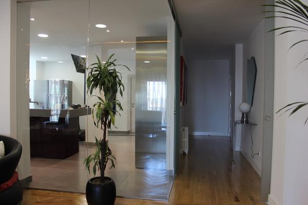 Foto hall entrada salon y cocina tabiqueria de cristal for Puertas correderas de cocina