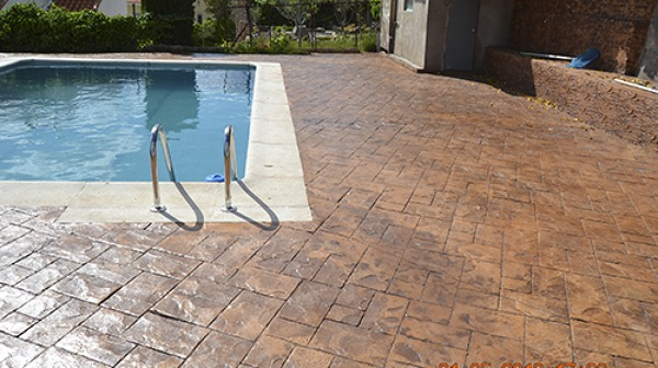 Foto hormigon impreso alrededor de una piscina modelo for Valor de una piscina de hormigon
