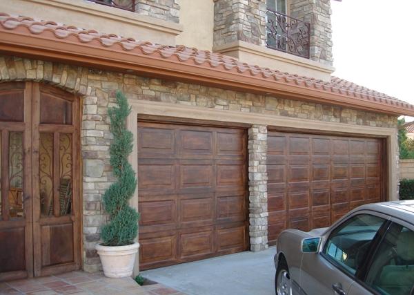 Foto imitaci n madera puerta garaje estilo espa ol de for Puerta de madera doble estilo antiguo