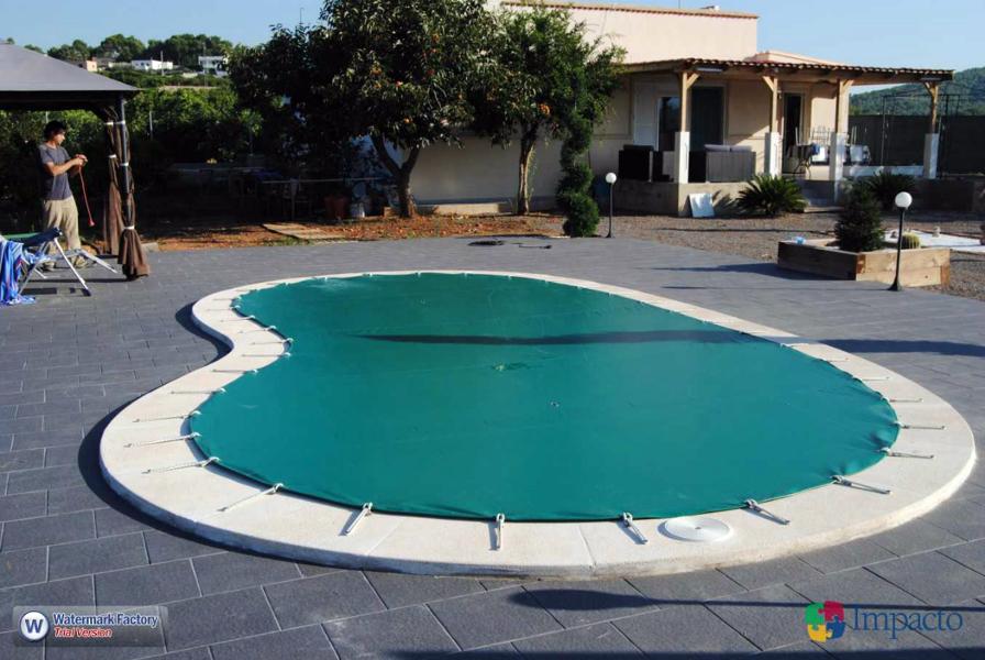 Foto instalacion de lona de piscina cobertor de invierno for Precio cobertor piscina