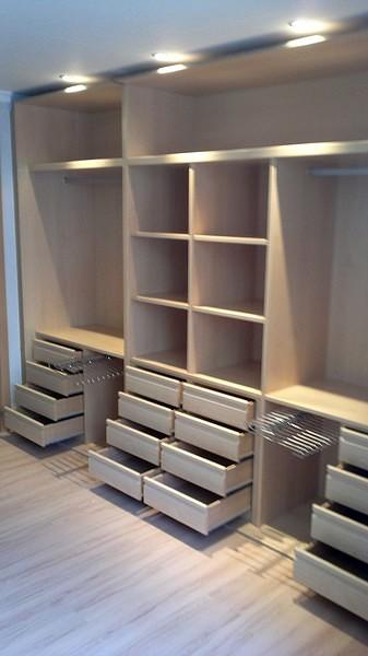 Foto interior de armario empotrado de puertas y armario a - Disenar un armario empotrado ...