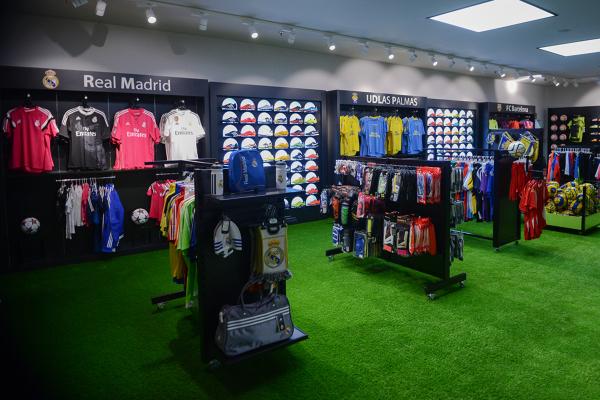 38d31b03546ea Foto  Interior de la Tienda Zona Fútbol Reformada de Endekora ...