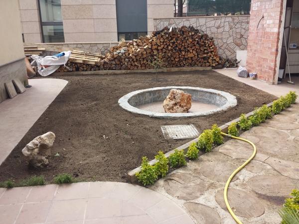 Foto jard n fuente con licorella pasillo de troncos y for Como decorar el patio con piedras