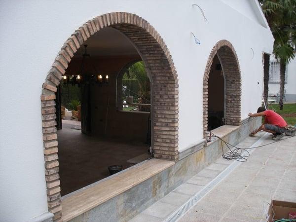 Foto lateral de la fachada compuesta de dos ventanas con arcos de ladrillo viejo de arte - Arcos de ladrillo rustico ...