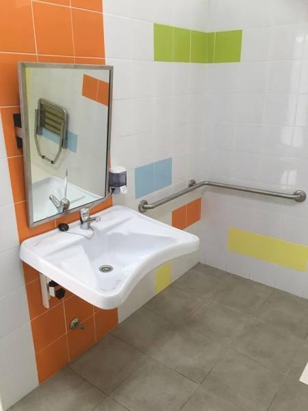Foto lavabo para discapacitados con espejo y dispensador for Dispensador jabon ducha