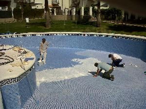 Foto lechado de piscinas de suministros casados 1060378 for Suministros para piscinas