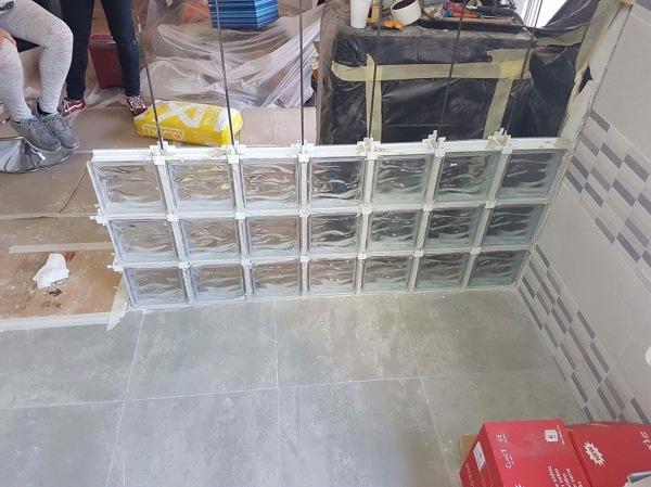 Foto levantando pared de ladrillos de vidrio de i s construcciones y reformas 1345749 - Como colocar ladrillos de vidrio ...