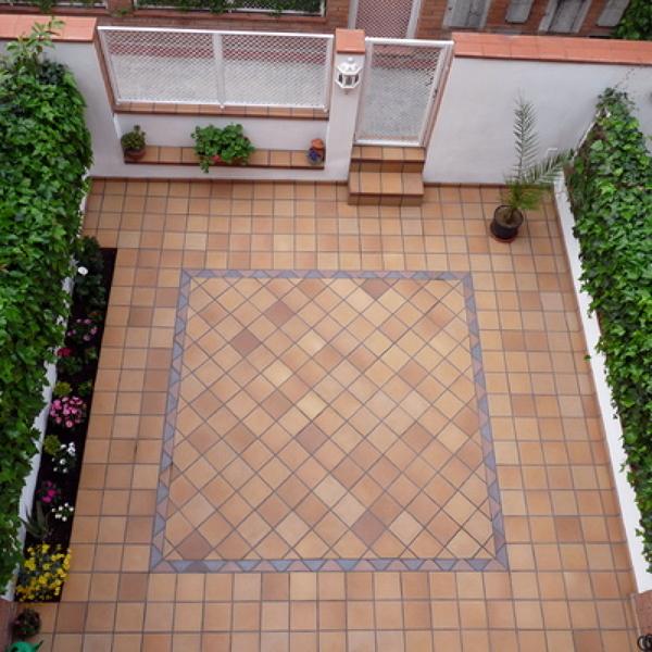 Foto loza gres en suelo exterior de adoquinmontaje for Suelos de gres baratos