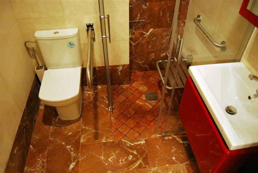Foto marmol rojo y crema de duchafacil 162174 habitissimo for Suelo marmol rojo