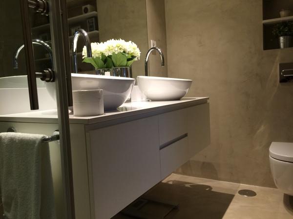 Mueble Baño Microcemento:Foto: Mueble a Medida en Baño con Acabado en Microcemento de AKO