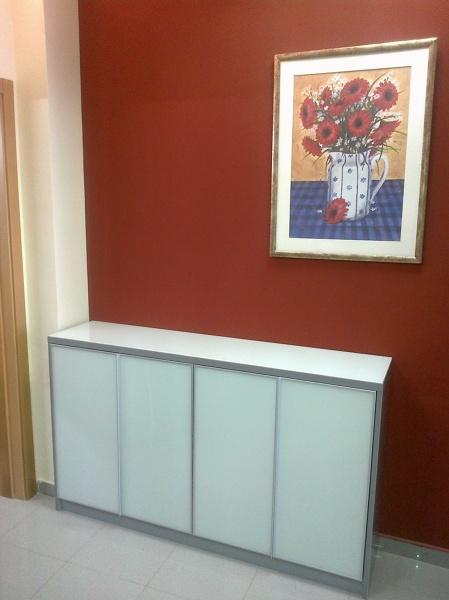 Foto mueble bajo con encimera de cristal lacobel blanco for Encimera blanco cristal
