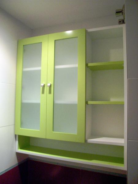 Mueble de colgar lacado en verde con estanterias