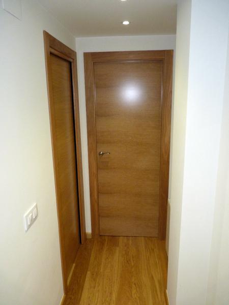 Foto puerta corredera y abatible en roble de koa - Puertas correderas abatibles ...