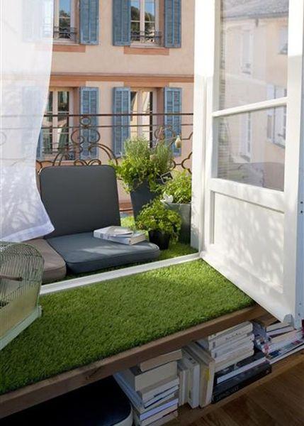 Foto muebles y suelo de balc n con c sped artificial de for Muebles de balcon