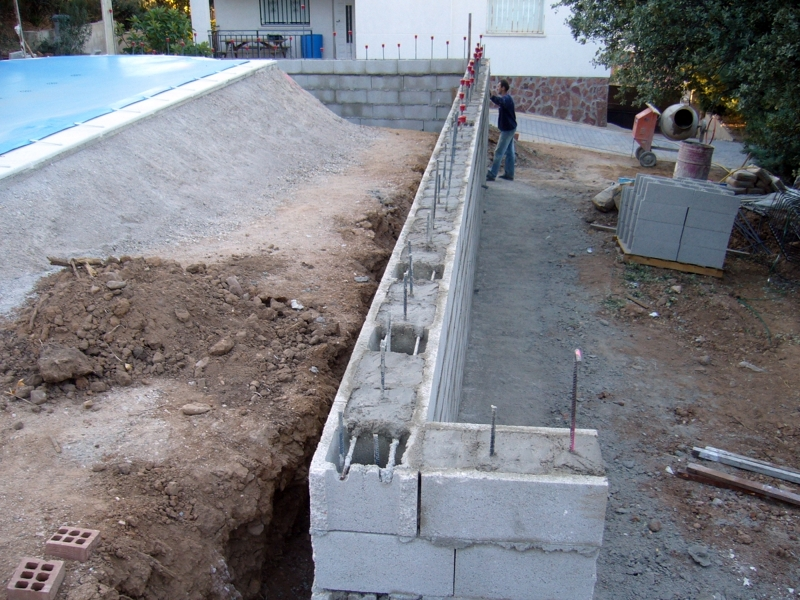 Foto muro contencion tierra de castillo marcin s l for Como se construye una piscina de concreto