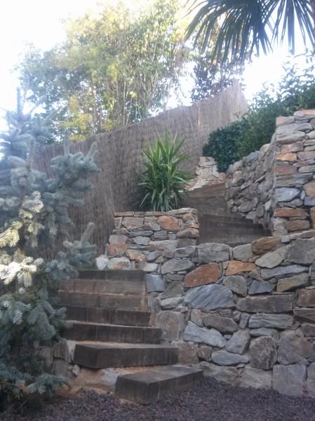 Foto muros de piedra y escaleras de traviesas de fer do - Imagenes de muros de piedra ...