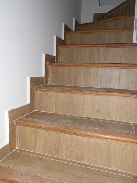 Foto nueva escalera de mamperlanes de madera y - Imitacion madera para fachadas ...