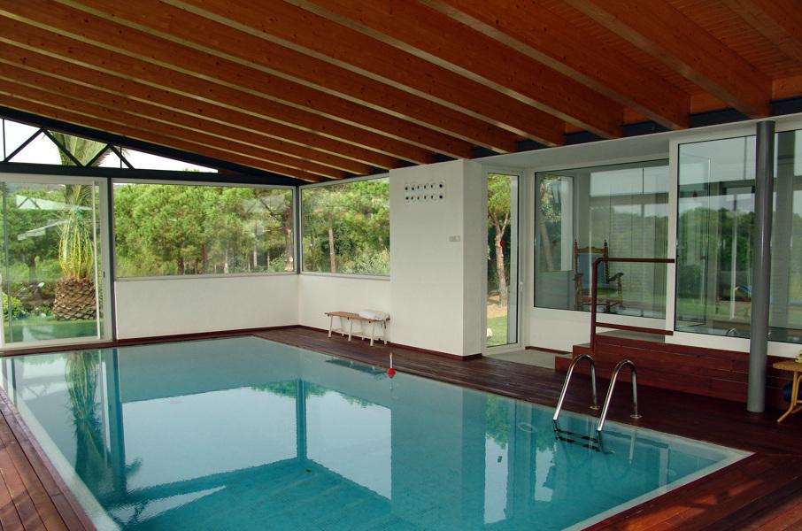 Foto pabell n con piscina interior exterior estructura de for Estructura para piscina