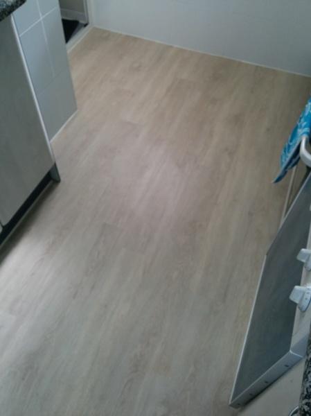 Suelos de vinilo para cocinas gallery of suelos laminados for Suelos laminados adhesivos