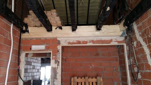 Foto parte de la estructura de madera del altillo de - Altillo de madera ...