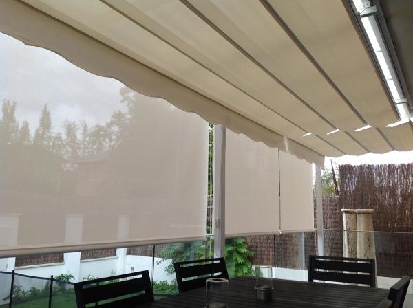 Foto pergola y cortinas enrollables con polyscreen de - Cortinas pergola ...