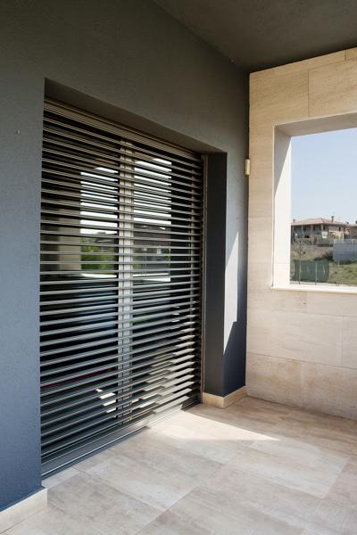 Foto persiana orientable supergradhermetic de fenster s a for Puertas para casas minimalistas