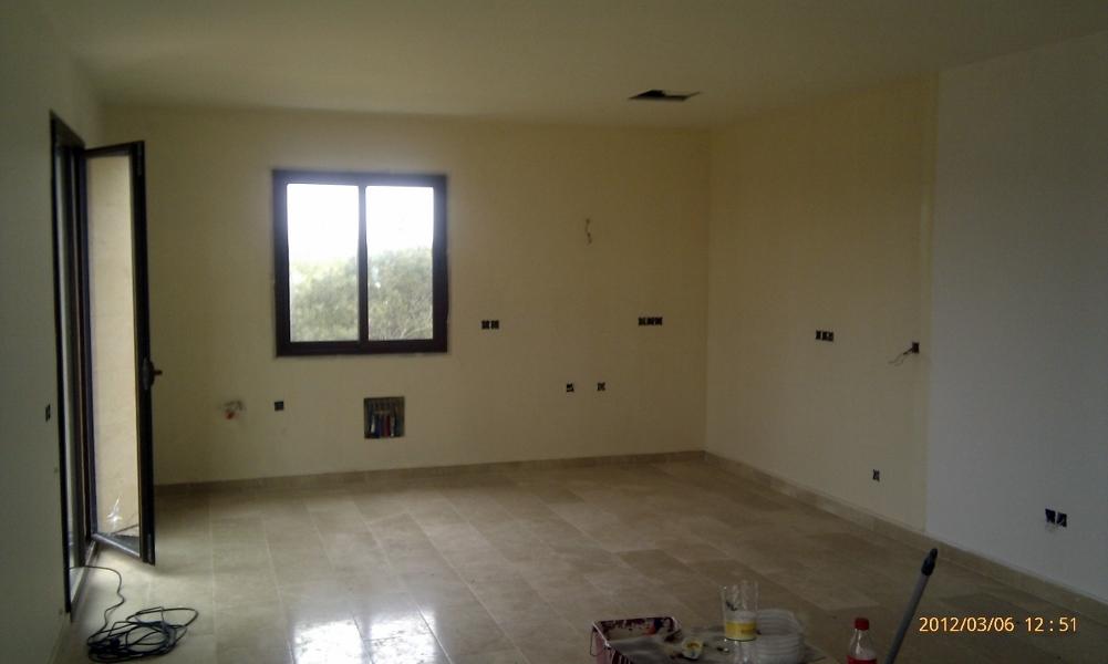 Foto pintura interior en casa de campo nueva de fachadas for Pintura de casa interior 2016