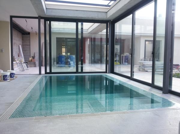Foto piscina con cubierta recogida de 6tec estudi for Piscina con cubierta