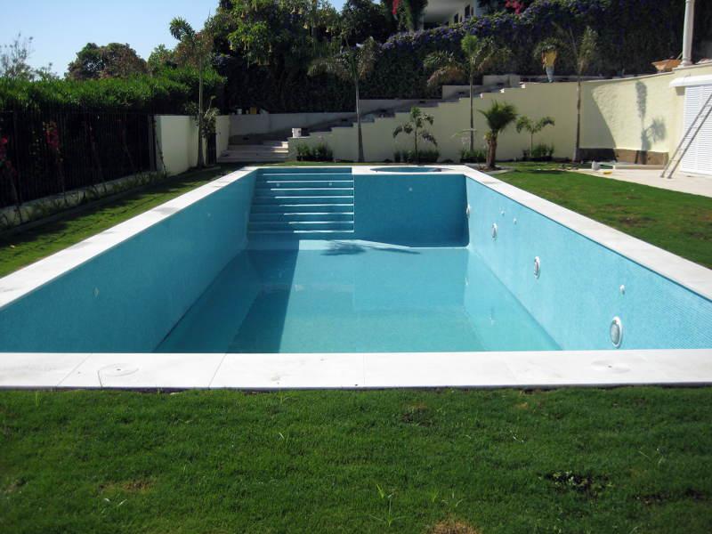 Foto piscina con jacuzzi integrada de antonio marin rueda for Precio construccion piscina obra
