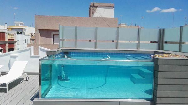 Foto piscina con ventanas en el techo de edificio de for Ventana en el techo