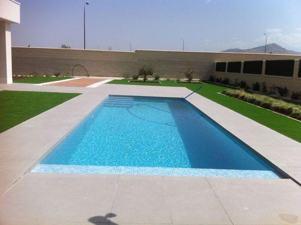 Foto piscina desbordante con cesped artificial de bosshem - Cesped artificial piscina ...