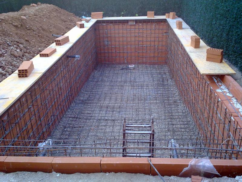 Foto piscina preparada para gunitar de obrasreforom obras for Como se aspira una piscina