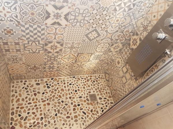 Foto plato ducha azulejos y mampara de gabriel dobre - Azulejos para ducha ...