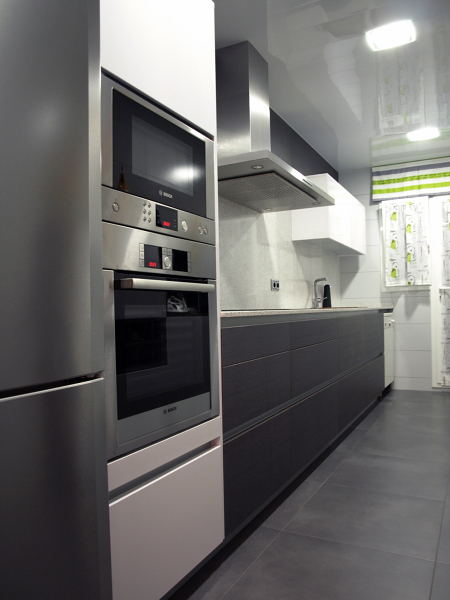 Foto proyecto cocina eilin gris blanca 1 de decuina for Cocina blanca y suelo gris