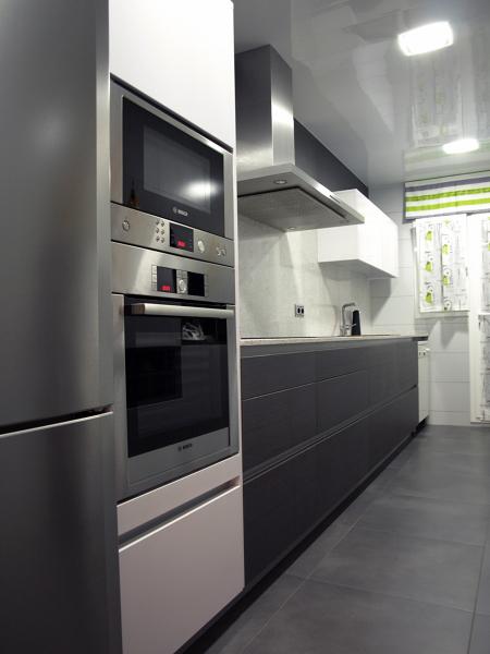 Foto proyecto cocina eilin gris blanca 1 de decuina - Cocina suelo gris ...