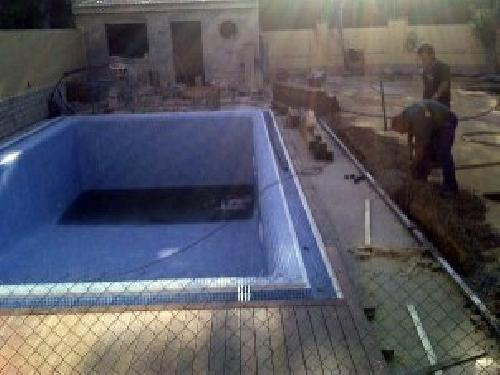 Proyecto de Exteriorismo con Césped Artificial y Tarima de Ipe en Piscina