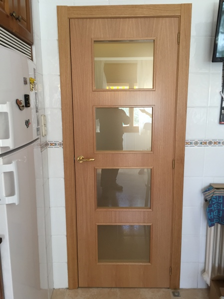 Foto puerta cocina con vidrios lisos mate al cido de - Puertas corredizas para cocina ...