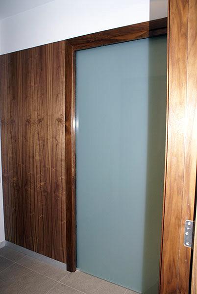 Foto puerta corredera cristal panelado en madera de nogal de neofusta 383140 habitissimo - Puertas correderas madera y cristal ...