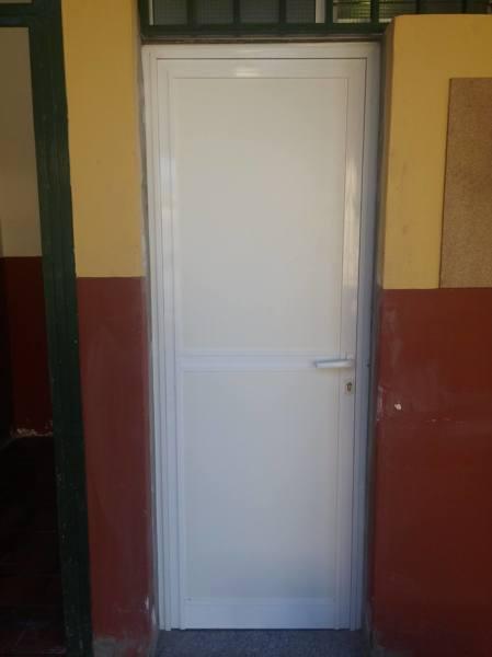 Foto puerta de aluminio para ba o inaccesible de for Puertas de aluminio para bano