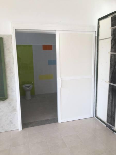 Foto puerta de corredera en aluminio para ba o accesible para discapacitados de reformas - Puerta corredera bano ...