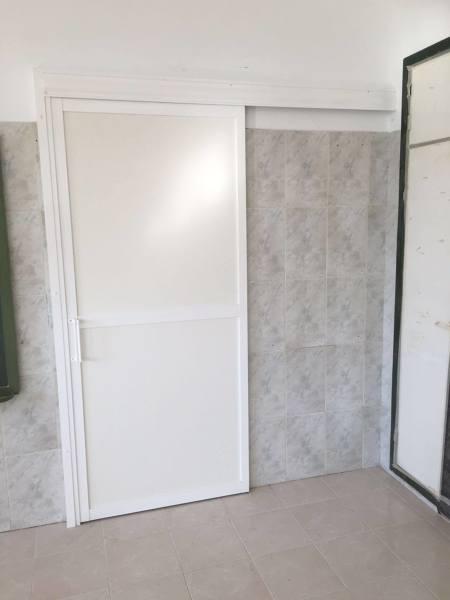 Foto puerta de corredera en aluminio para ba o accesible for Puerta para bano discapacitados
