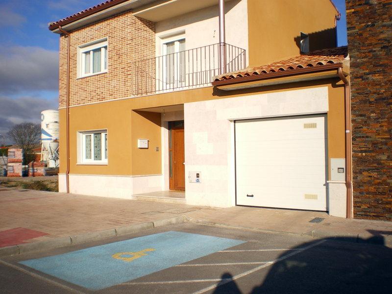 Foto puerta de entrada en pvc color madera ventanas en - Puertas de garaje de madera ...