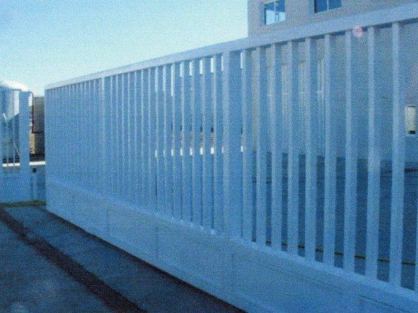 Foto puerta de tubo con z calo inferior de cerramientos for Zocalos para garajes