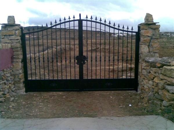 Foto puerta entrada finca con forja art stica y chapa de for Puertas para fincas